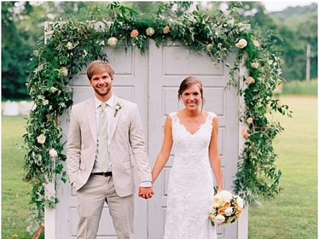 Cổng hoa cưới phong cách vintage ghép từ cánh cửa kết hoa tươi