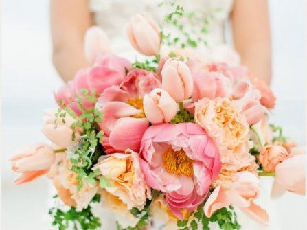 Hoa cầm tay cô dâu rực rỡ kết từ hoa mẫu đơn và tulip