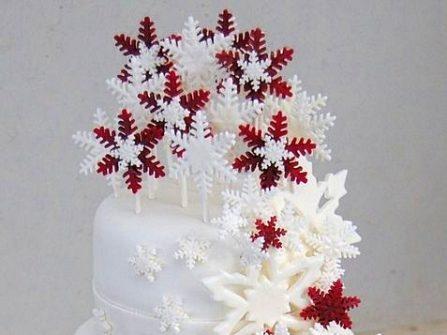 Bánh cưới đẹp màu trắng trang trí hoa tuyết trắng đỏ