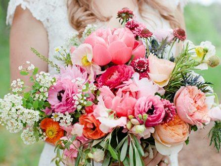 Hoa cầm tay cô dâu phong cách phóng khoáng cho tiệc cưới mùa Xuân