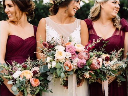 Hoa cầm tay cô dâu và phụ dâu nổi bật với phong cách tự nhiên