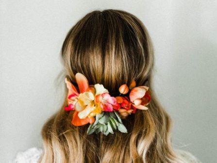 Tóc cô dâu đẹp uốn lọn, tết tóc nửa đầu kết hoa rực rỡ