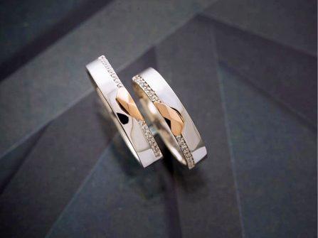 Nhẫn cưới vàng trắng với mặt nhẫn 2 nửa trái tim vàng ấn tượng