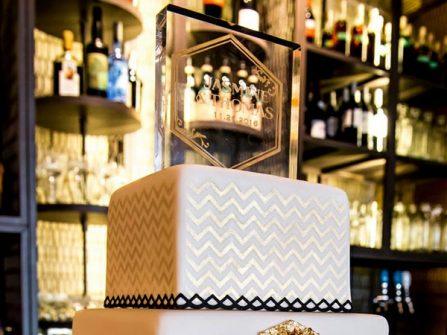 Bánh cưới đẹp hình vuông màu ánh kim phong cách sang trọng