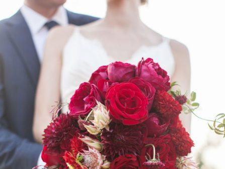 Hoa cầm tay cô dâu màu đỏ rực rỡ cho tiệc cưới mùa Xuân