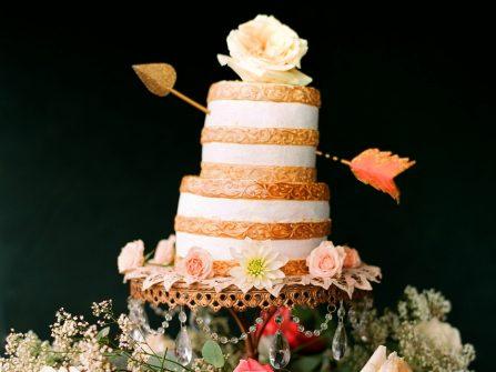 Bánh cưới đẹp phong cách rustic mộc mạc phối hoa tươi
