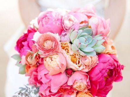 Hoa cầm tay cô dâu rực rỡ với sắc hồng tươi kết từ mẫu đơn