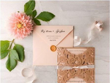 Thiệp cưới đẹp cắt laser họa tiết cổ điển màu vàng hồng