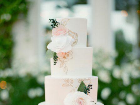 Mẫu bánh cưới đẹp phủ fondant kèm họa tiết vẽ tay sắc sảo