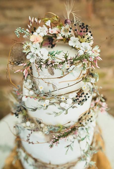 Bánh cưới đẹp trang trí hoa tươi đậm phong cách rustic