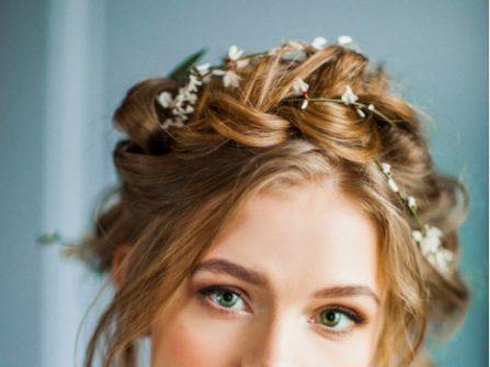 Tóc cưới đẹp kết hợp tết tóc khéo léo cùng hoa tươi