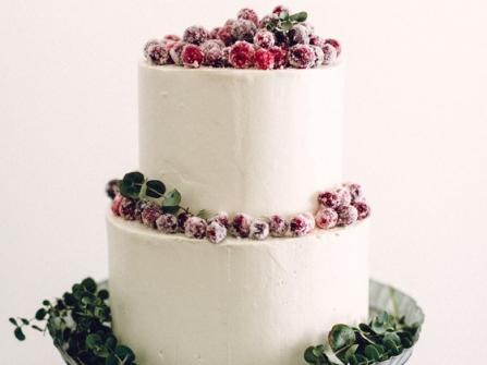 Bánh cưới đẹp phủ kem bơ cùng dâu mọng