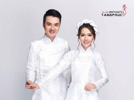 Áo dài cưới đẹp gấm trắng thanh nhã cho cặp đôi trẻ