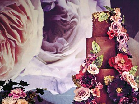 Bánh cưới đẹp phủ fondant pha màu nước và hoa tươi lạ mắt