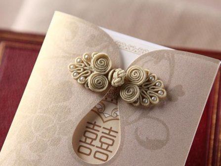 Thiệp cưới đẹp với tông màu champagne cùng cúc tàu lạ mắt