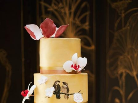 Bánh cưới đẹp mang sắc màu nhiệt đới trang trí với lồng chim độc đáo