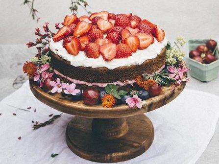 Bánh cưới đẹp phủ kem trang trí cùng hoa và trái cây tươi đẹp mắt