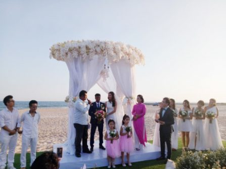 Đám cưới bãi biển tông trắng tinh khiết của Nguyệt Ánh