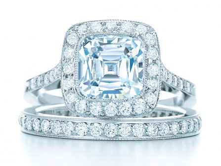 Có thể đeo nhẫn đính hôn và kết hôn cùng một lúc không?