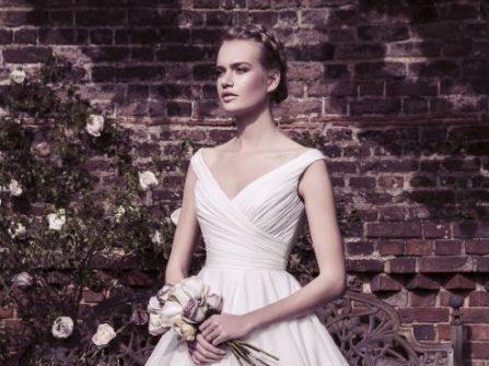 Duyên dáng như công chúa với 8 mẫu đầm cưới đẹp khoét cổ V quyến rũ