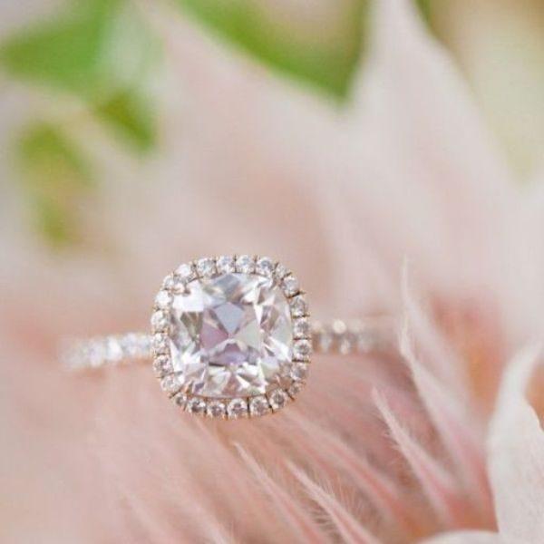 Bạn đang tìm mẫu nhẫn đính hôn hoàn hảo và  lộng lẫy cho nàng? Hãy cùng Mary tham khảo ngay 8 mẫu nhẫn đính hôn cổ điển với mặt đá vuông truyền thống