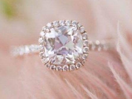 Nhẫn đính hôn - Phong cách cổ điển cùng mặt đá vuông