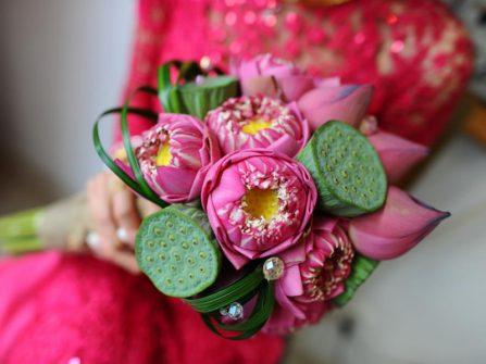 Gợi ý các mẫu bó hoa sen cầm tay cho cô dâu truyền thống