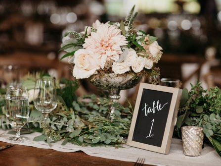 Trang trí bàn tiệc cưới với hoa cỏ mùa Hè đẹp như