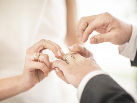 Cách làm sạch và bảo quản hiệu quả cho từng loại nhẫn đính hôn