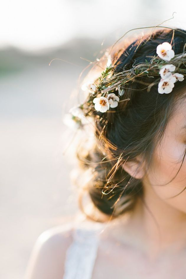 Hãy cùng Marry cập nhật xu hướng tóc cưới mới và thời thượng nhất trong mùa Xuân Hè 2017 cùng những vương miện hoa tươi độc đáo!