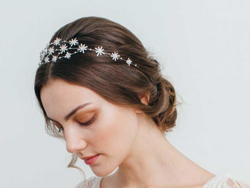 Mang ánh sao đêm cài lên mái tóc sẽ là điểm nhấn lộng lẫy cho mọi cô dâu trong ngày cưới, hãy cùng Marry tham khảo một số kiểu tóc cưới lộng lẫy nhé!