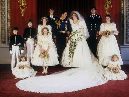 Những chiếc váy cưới đẹp nhất thế giới theo dòng thời gian