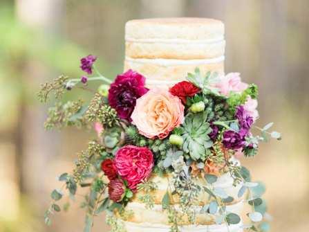 Bánh kem hoa tươi rực rỡ cho ngày cưới thêm ngọt ngào