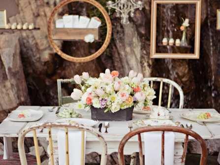 Hoa trang trí tiệc cưới ngoài trời lãng mạn như cổ tích