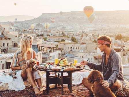 Cặp đôi hạnh phúc được trả tiền để đi du lịch vòng quanh thế giới