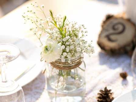 Trang trí bàn tiệc cưới với hoa baby trắng thuần khiết