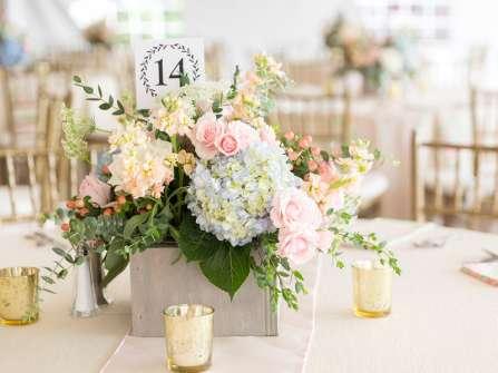 Gợi ý 10 phong cách cắm hoa để bàn ngày cưới đơn giản
