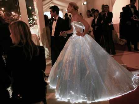 Váy cưới phát sáng – xu hướng thời trang cưới của tương lai