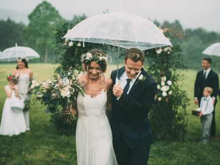 Cách tổ chức tiệc cưới ấn tượng, lãng mạn bất chấp trời mưa gió