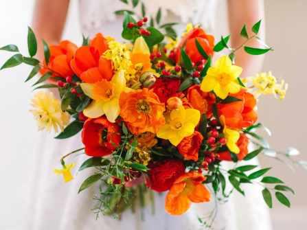 Hoa cưới cầm tay với sắc cam rực rỡ cho hôn lễ mùa Hè