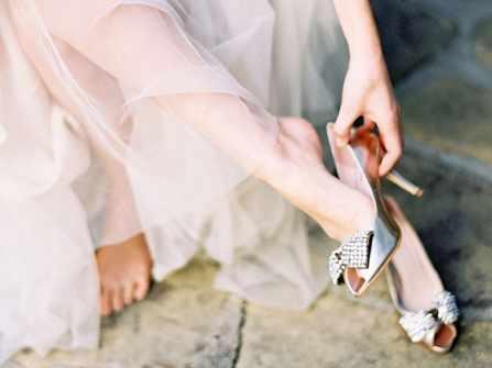 Đừng để chân phồng rộp vì phạm 7 sai lầm khi chọn giày cưới này!