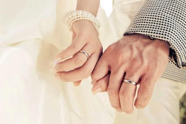 Nhẫn nam đeo tay trái hay tay phải? Marry