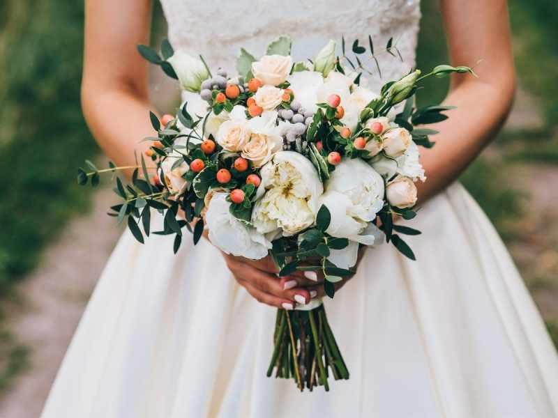 Ngất ngây ngắm hoa cưới mẫu đơn rực rỡ trong hôn lễ hiện đại
