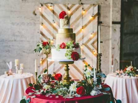 Bánh cưới metalics lấp lánh thu hút mọi ánh nhìn