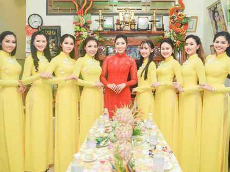 Dàn bưng quả thêm rực rỡ với áo dài phụ dâu màu vàng