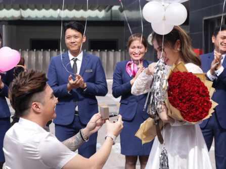 Lâm Chấn Khang cầu hôn bất ngờ bằng màn tặng xế hộp tiền tỉ