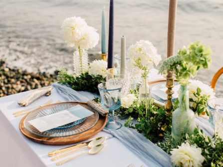 Gợi ý cách trang trí bàn tiệc cưới ở biển thật sống động