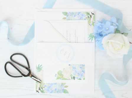 Thiệp cưới hoa cẩm tú cầu tinh tế được lòng cô dâu trẻ