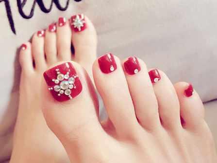 Cập nhật các mẫu móng chân đính đá xinh xắn cho cô dâu