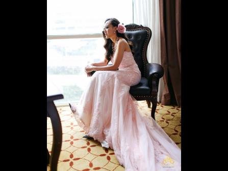 Cô dâu diện váy cưới màu hồng ngọt ngào Meera Meera Fashion Concept